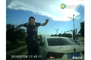 东莞大众路怒症司机调头逆行对撞视频及粤S4877h处理结果