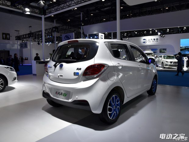 """外观方面,新车换装了新的前脸造型,搭配蓝色的配色看起来比现款车型要时尚很多。除此之外,新车还加入了很多代表纯电动的设计元素,包括全新设计的蓝色轮圈以及新车前脸/尾部的专有""""EV""""标识。车身尺寸方面,新车长宽高分别为3730/1650/1530mm,轴距为2410mm。"""