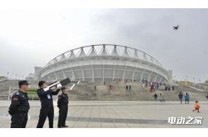 """武汉警方启用""""无人机反制枪"""" 可压制遥控信号强制迫降"""